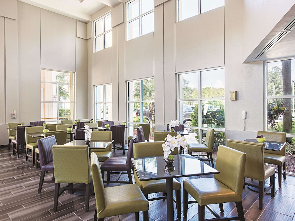 Breakfast Area, La Quinta Inn & Suites by Wyndham Plantation at SW 6th St