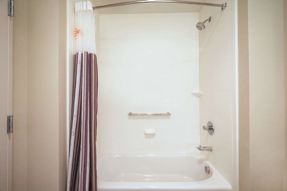 Bathroom, La Quinta Inn & Suites by Wyndham Plantation at SW 6th St