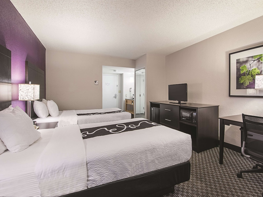 Room, La Quinta Inn & Suites by Wyndham Plantation at SW 6th St
