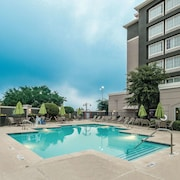 La Quinta Inn & Suites by Wyndham Arlington North 6 Flags Dr