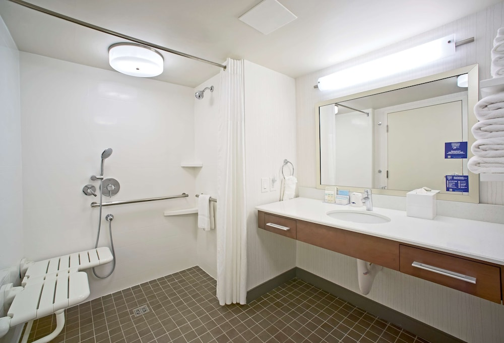 Bathroom, Hampton Inn Lancaster