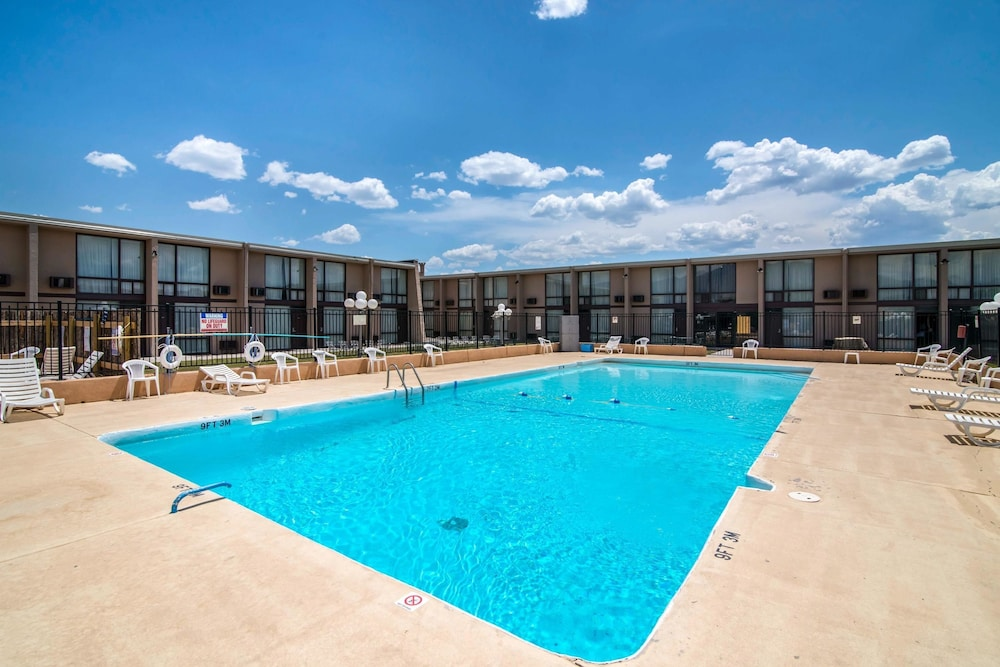 Pool, Quality Inn Taos