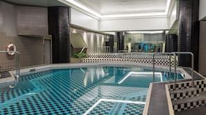 室內泳池;躺椅