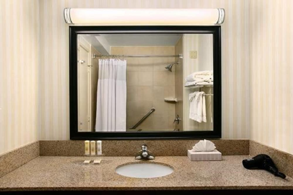 Bathroom, Crowne Plaza Newark Airport, an IHG Hotel