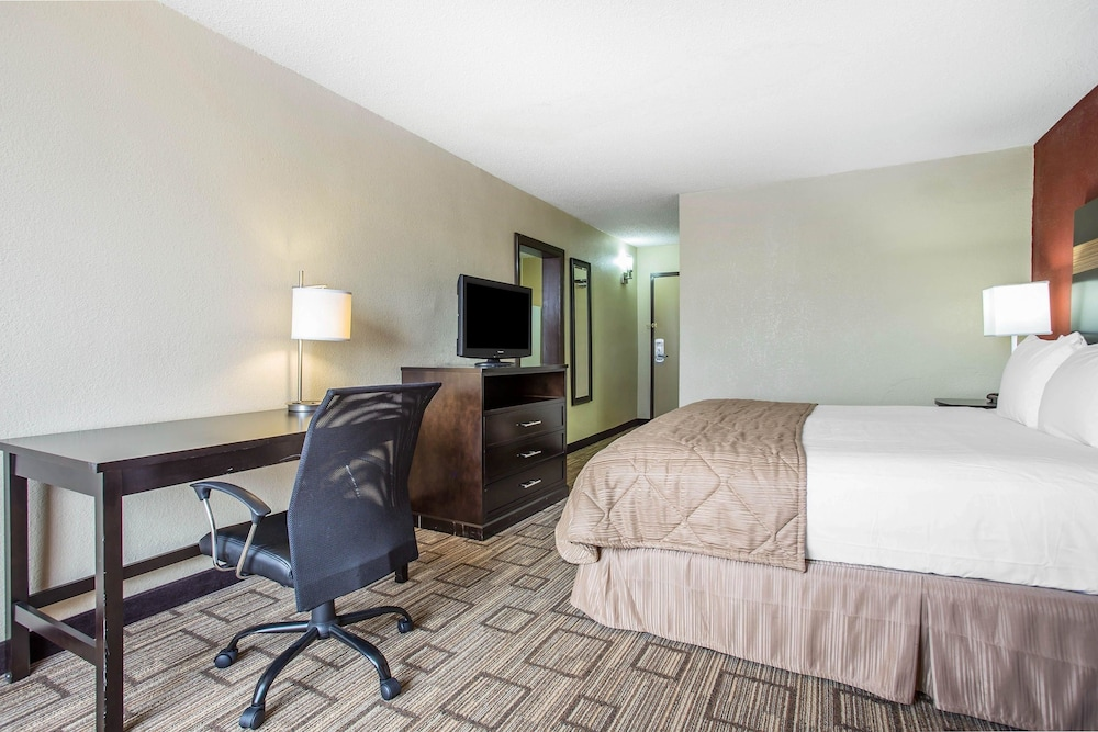 Room, Clarion Hotel Fort Mill Near Amusement Park