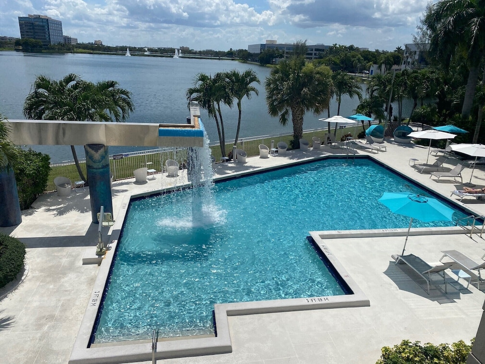 Outdoor Pool, Pullman Miami Airport