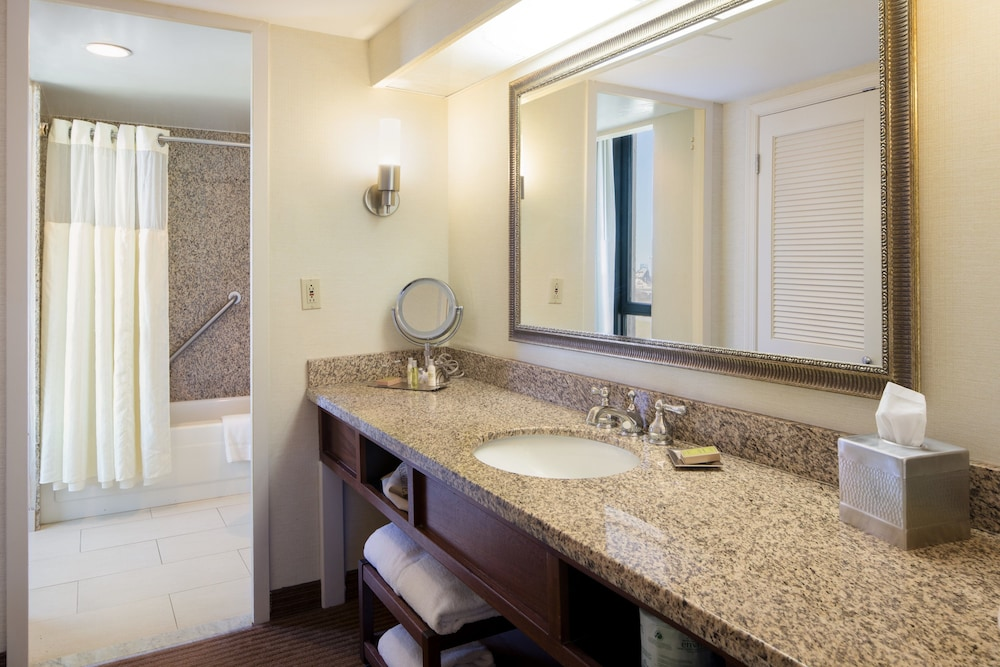 Bathroom, Doubletree by Hilton Philadelphia Airport