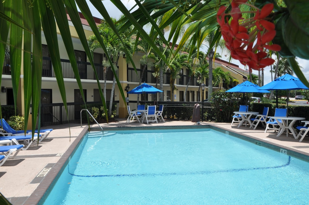 Outdoor Pool, Days Inn by Wyndham Florida City