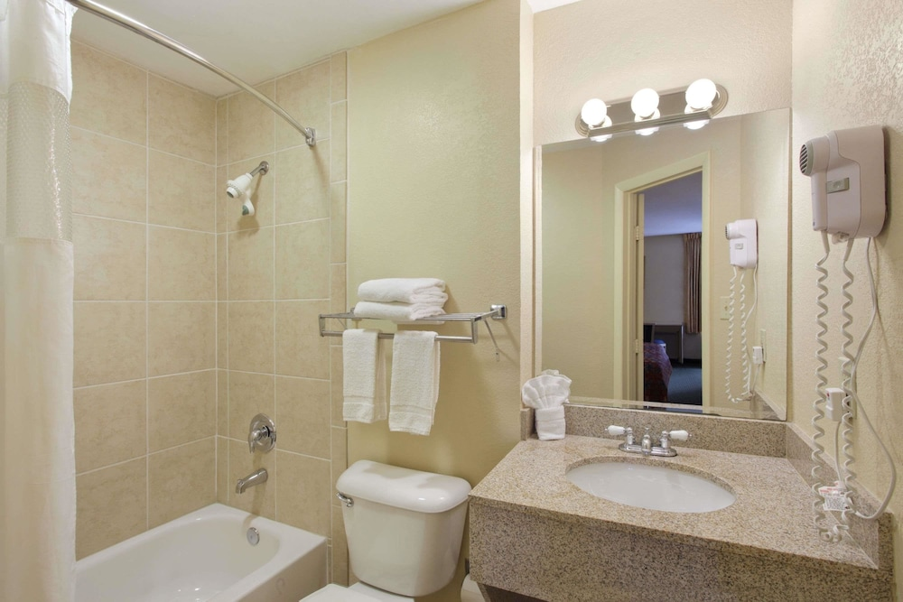 Bathroom, Travelodge by Wyndham Fort Myers