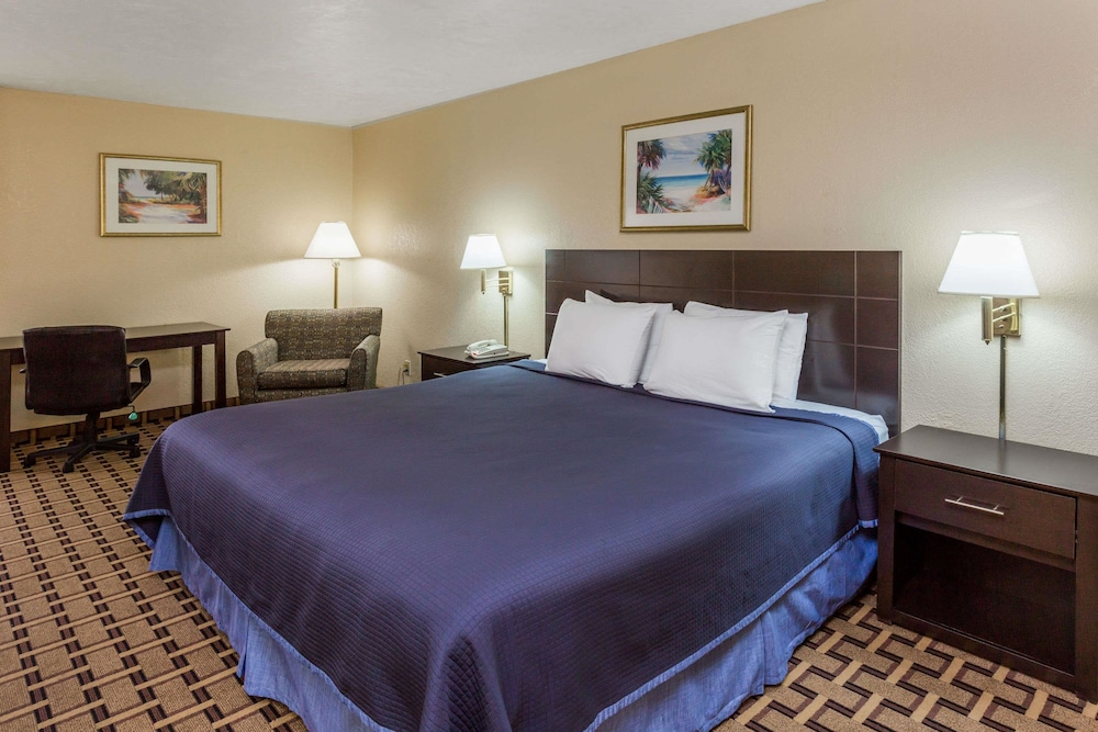 Room, Travelodge by Wyndham Fort Myers