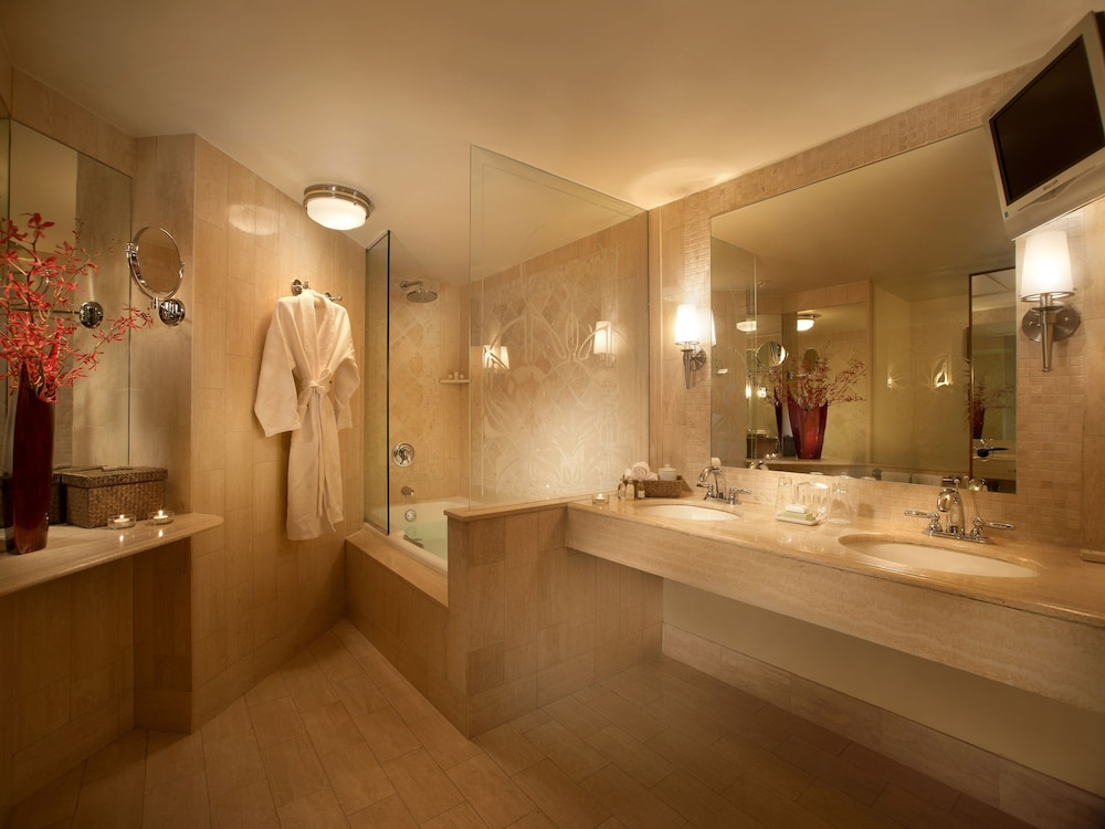 Bathroom, The Mayfair at Coconut Grove