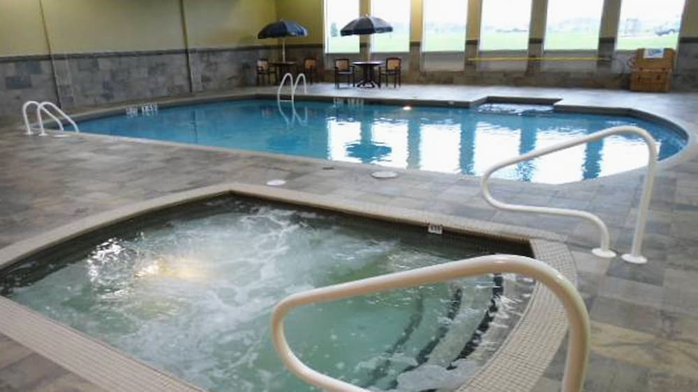 Pool, Holiday Inn & Suites Pointe-Claire Montreal Airport