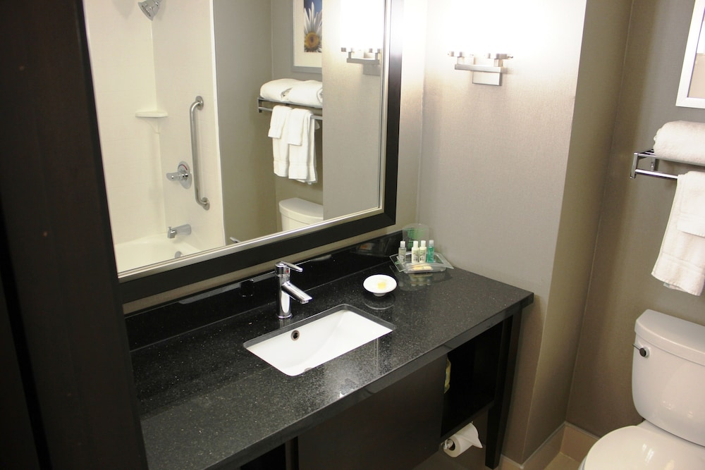 Bathroom, Holiday Inn & Suites Pointe-Claire Montreal Airport