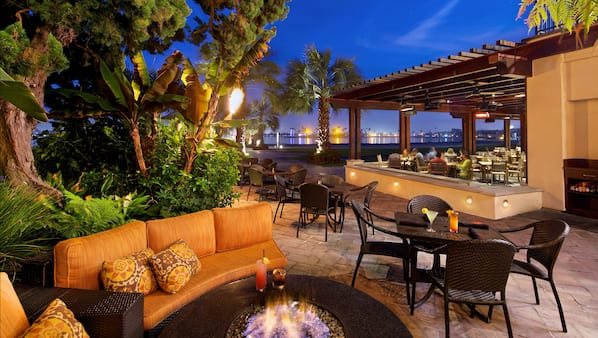 2 bares/lounges, bar ao lado da piscina