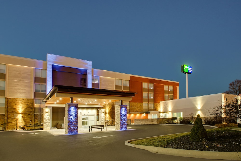 Front of Property - Evening/Night, Holiday Inn Express & Suites Wapakoneta