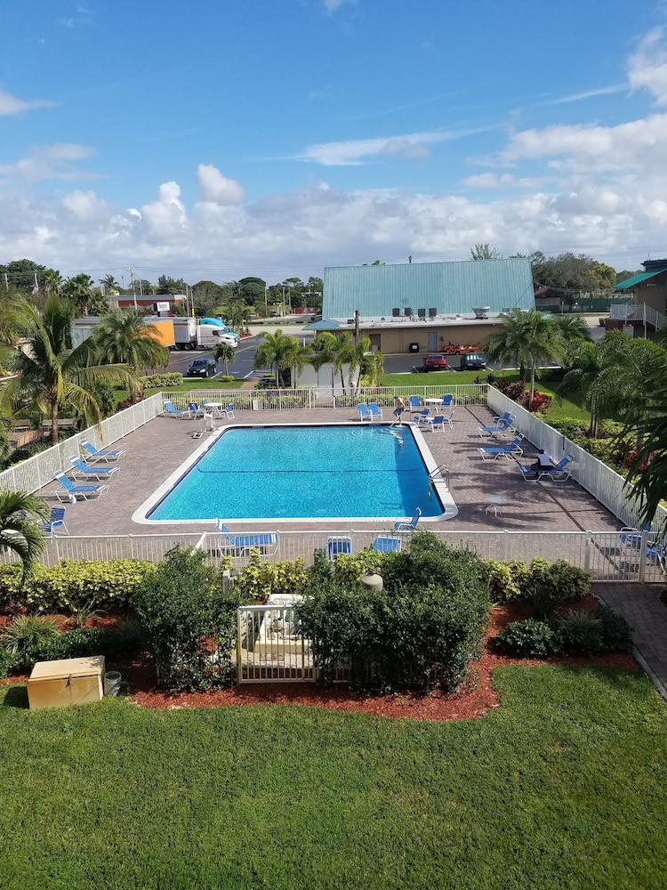 Outdoor Pool, Budgetel Pompano Beach