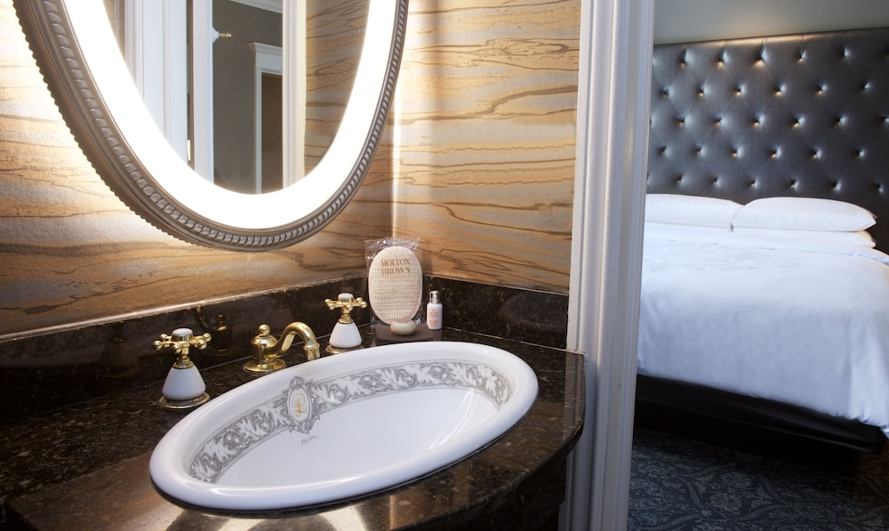 Bathroom, Le Pavillon Hotel