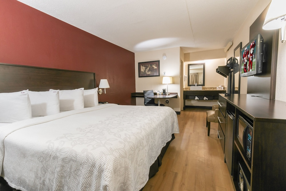 Room, Red Roof Inn PLUS+ Baltimore - Washington DC/BWI South