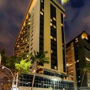 Fachada do hotel (à noite)