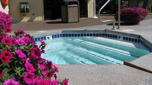 Outdoor Spa Tub, DoubleTree by Hilton Hotel Missoula - Edgewater