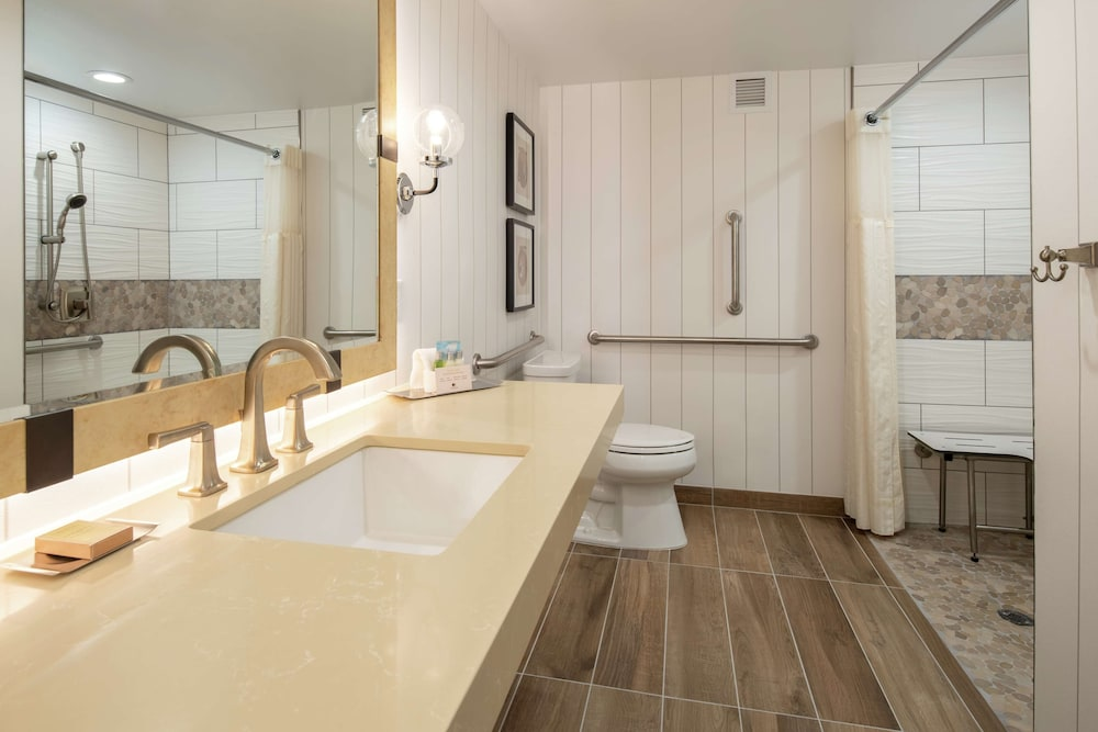 Bathroom, DoubleTree by Hilton Hotel Missoula - Edgewater