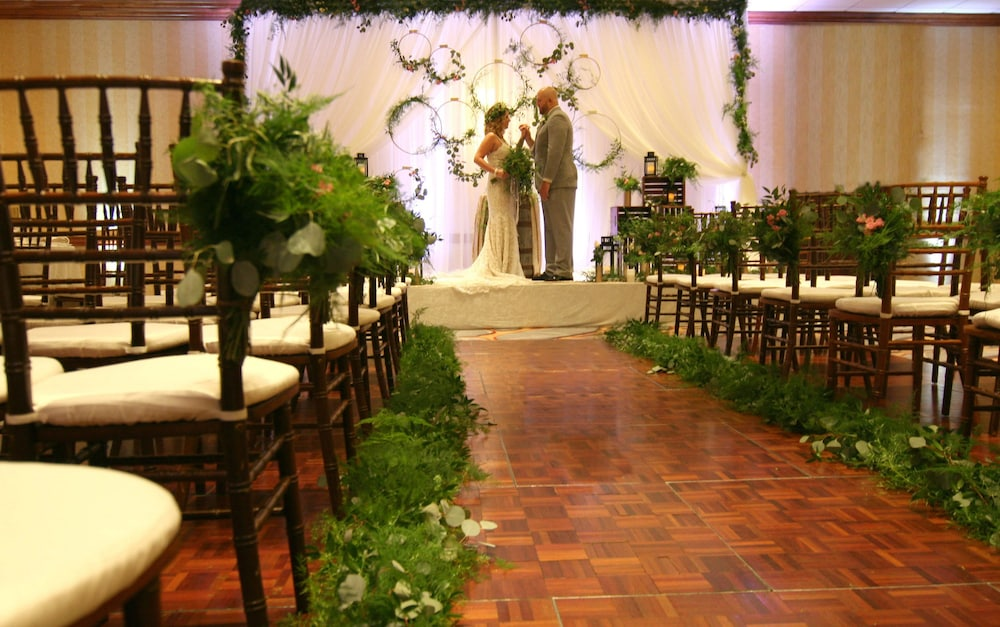Indoor Wedding, DoubleTree by Hilton Chicago - Alsip