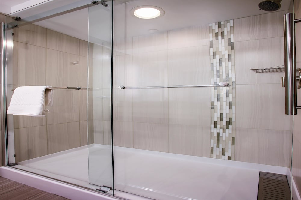 Bathroom Shower, DoubleTree by Hilton Chicago - Alsip