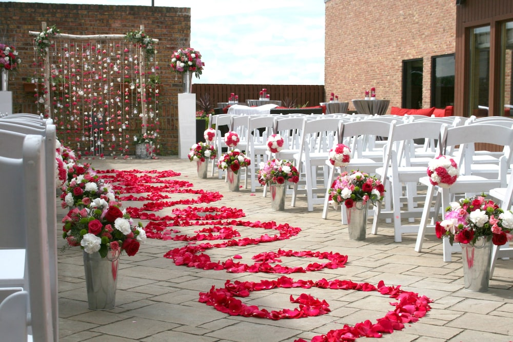 Outdoor Wedding Area, DoubleTree by Hilton Chicago - Alsip