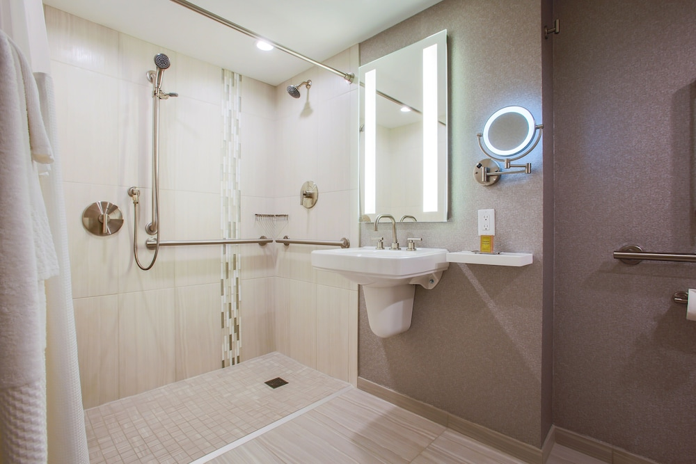 Bathroom, DoubleTree by Hilton Chicago - Alsip
