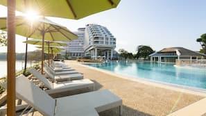 Piscine extérieure, cabanons gratuits, parasols de plage