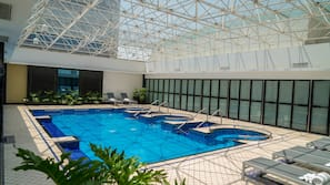 Una piscina cubierta (de 6:00 a 20:00), tumbonas
