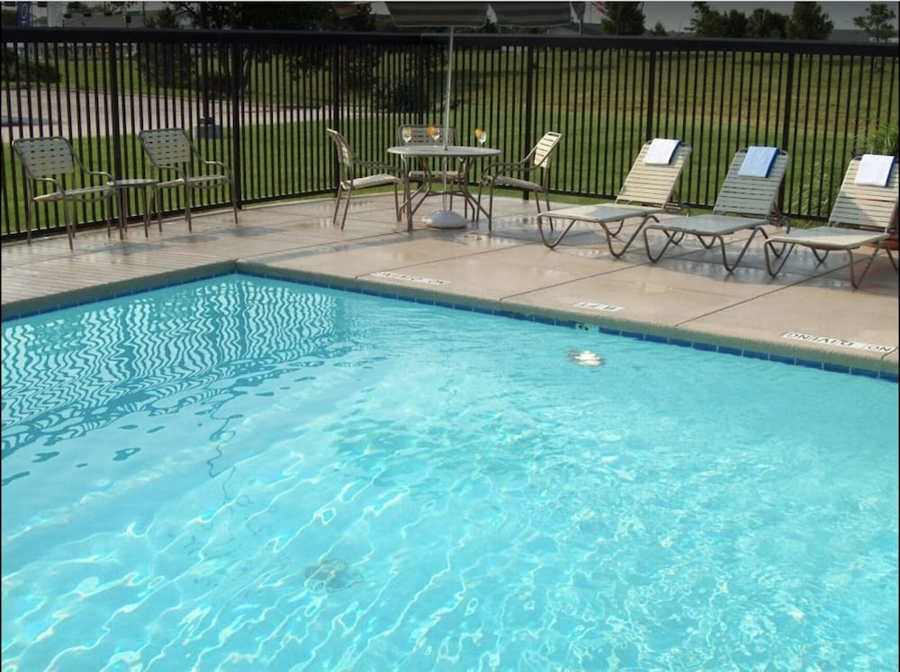 Outdoor Pool, Country Inn & Suites by Radisson, Lincoln Airport, NE