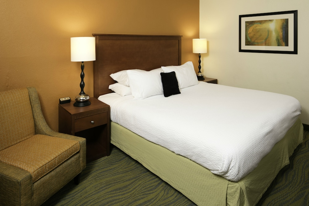 Room, Red Lion Inn & Suites Fayetteville at Cross Creek Mall