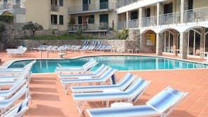 Piscina all'aperto, una piscina in terrazza, lettini