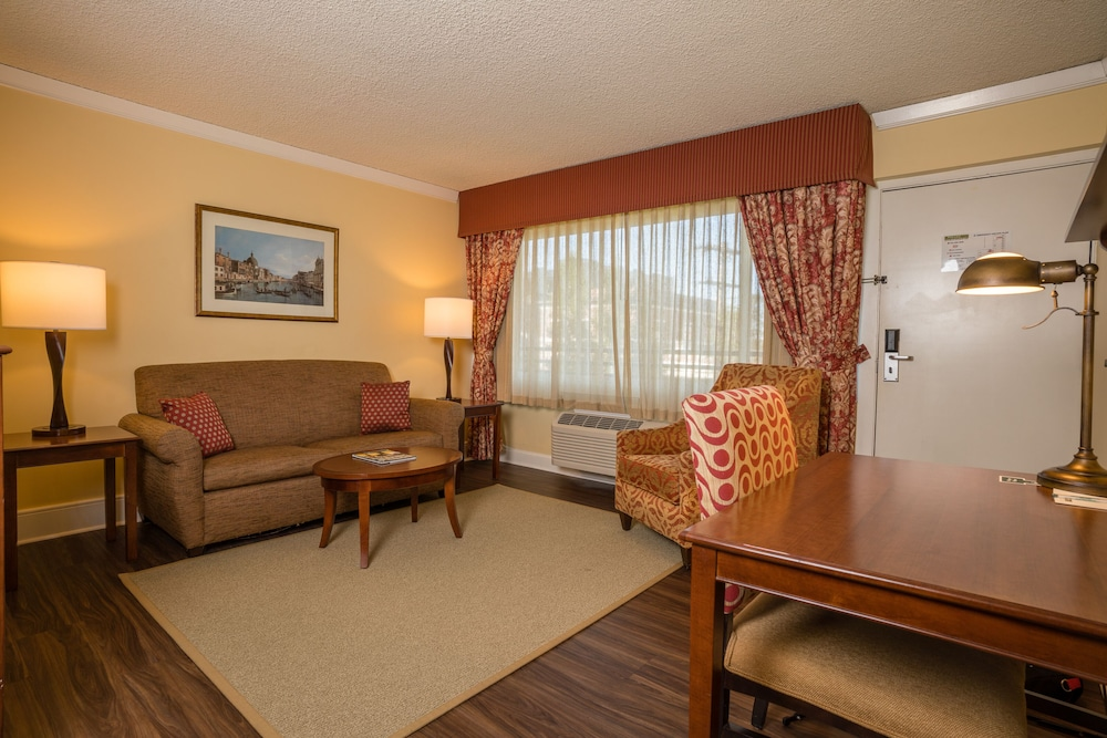 Living Area, Park Lane Suites and Inn