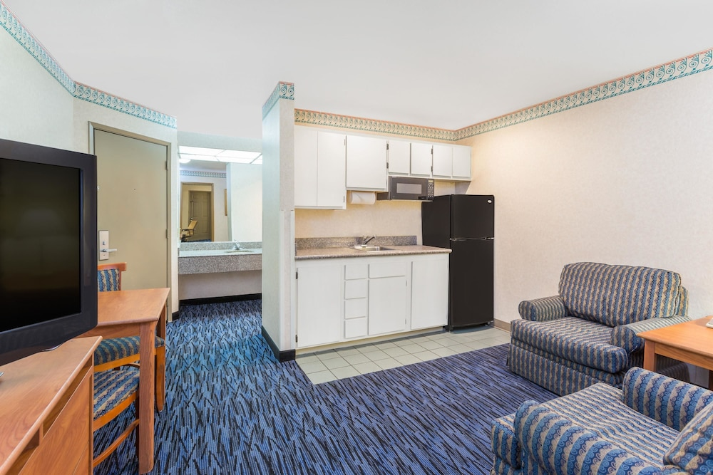 Room, Ramada by Wyndham Kent Seattle Area