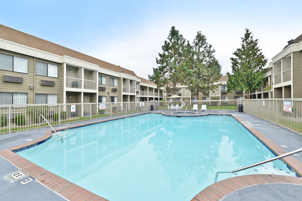 Outdoor Pool, Ramada by Wyndham Kent Seattle Area