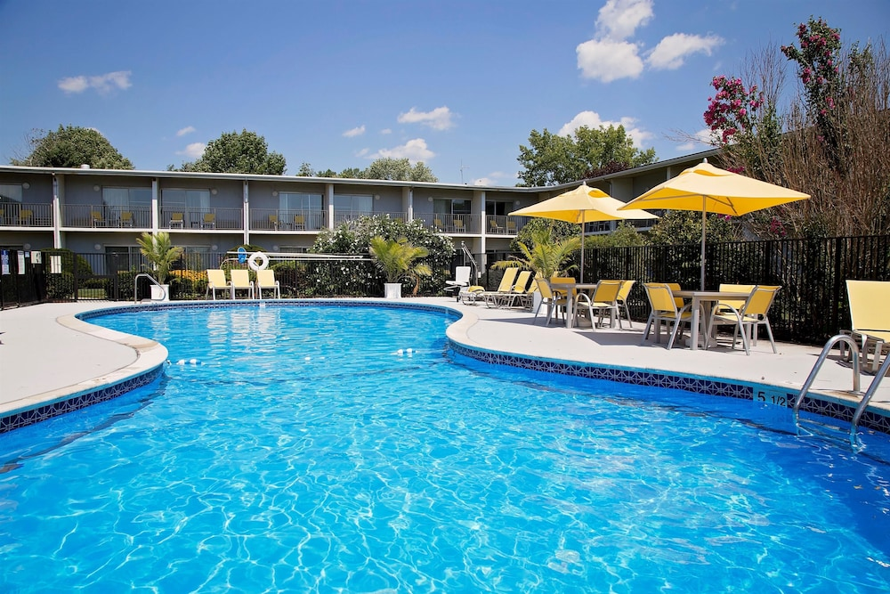 Outdoor Pool, Best Western At Historic Concord