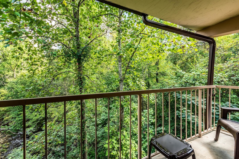 Terrace/Patio, Motel 6 Gatlinburg, TN - Smoky Mountains
