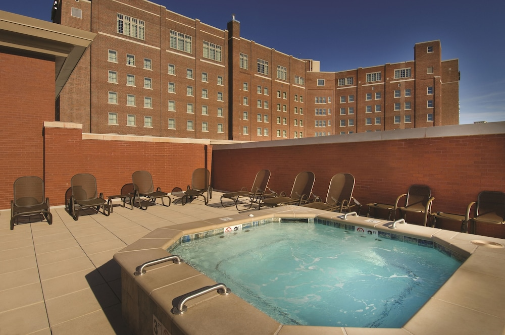Outdoor Spa Tub, Drury Plaza Hotel Broadview - Wichita