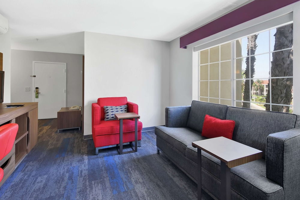 Living Area, Hampton Inn and Suites Santa Ana/Orange County Airport