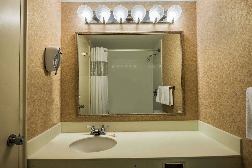 Bathroom, Days Inn by Wyndham Atlantic City Oceanfront-Boardwalk