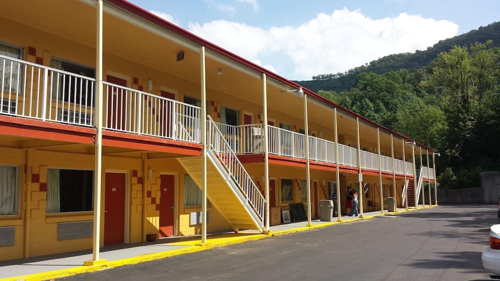 Hotels Near Bluefield College