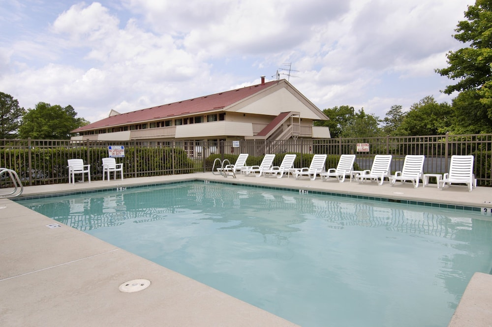 Outdoor Pool, Red Roof Inn Virginia Beach
