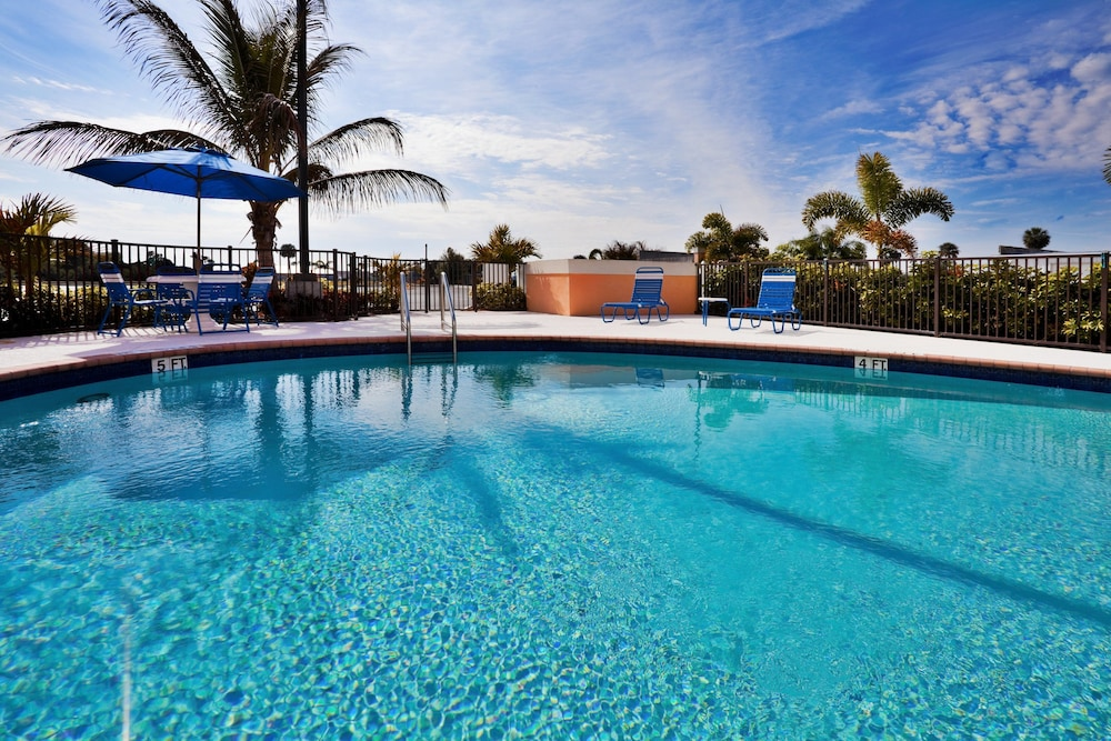 Pool, Holiday Inn Express Hotel & Suites Lake Okeechobee