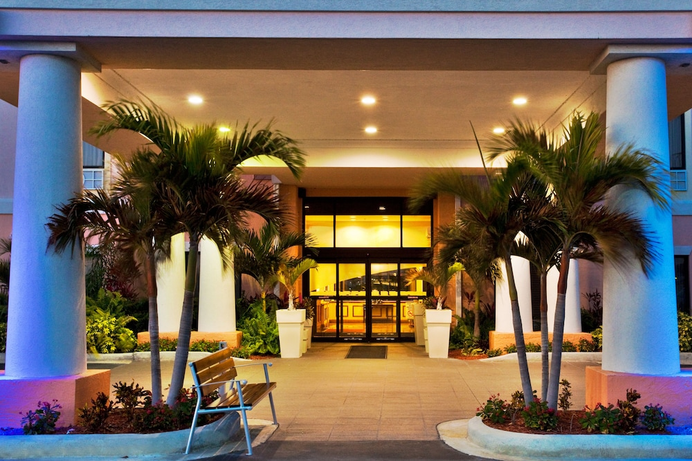 Property Entrance, Holiday Inn Express Hotel & Suites Lake Okeechobee