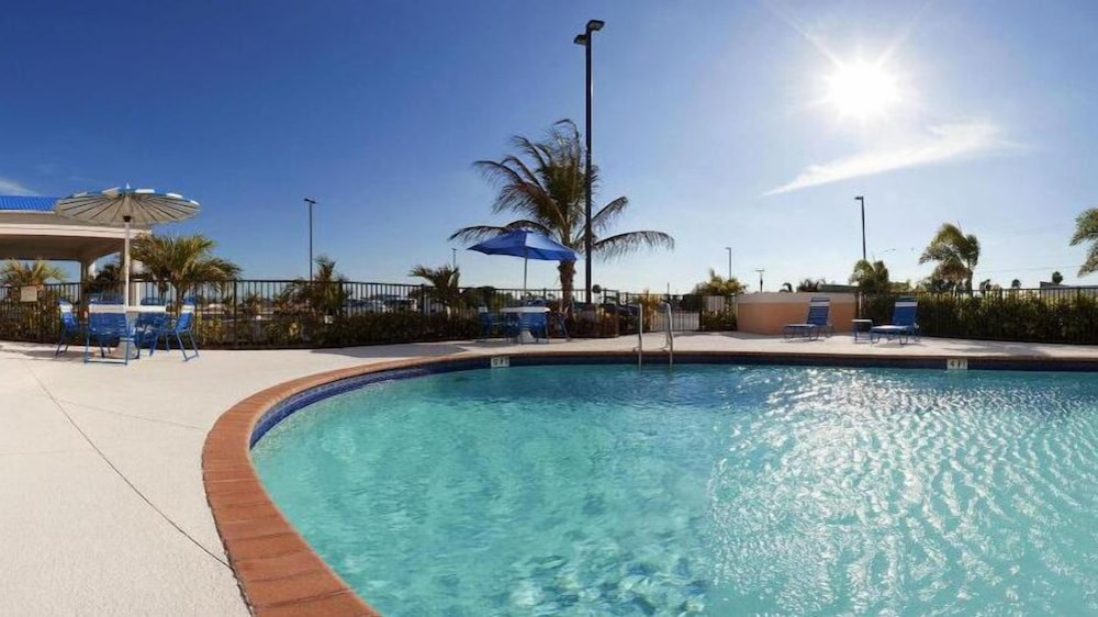 Outdoor Pool, Holiday Inn Express Hotel & Suites Lake Okeechobee