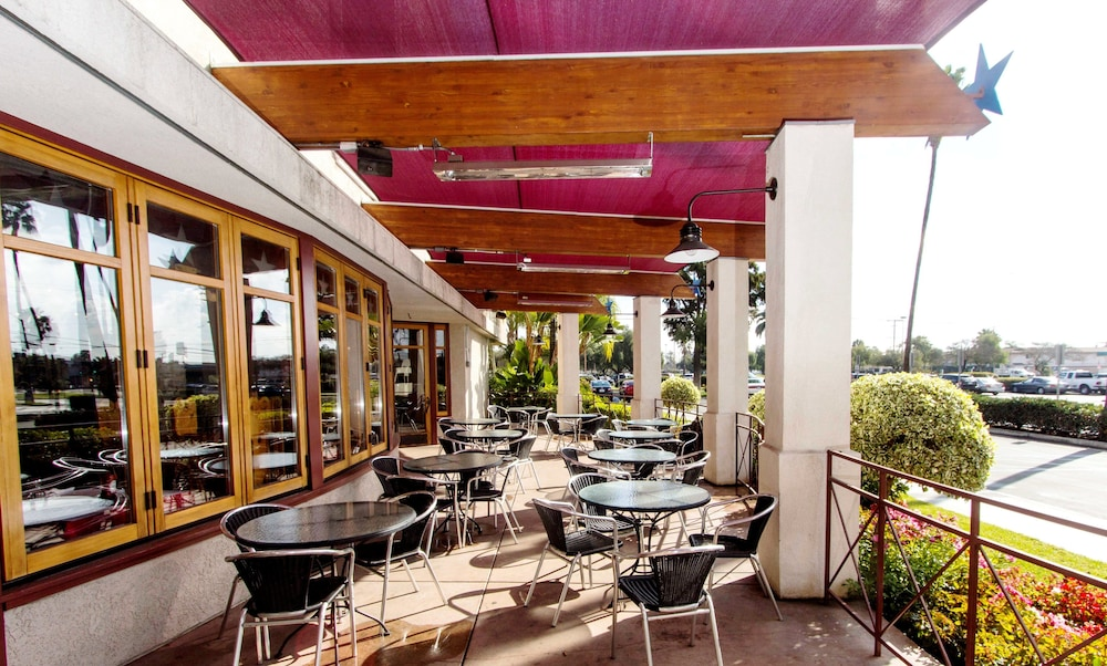 Outdoor Dining, Knott's Berry Farm Hotel