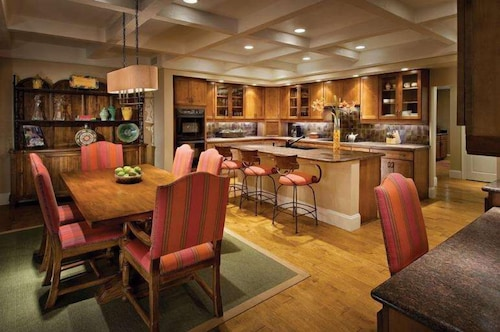 Private Kitchen, Sanctuary on Camelback Mountain Resort and Spa