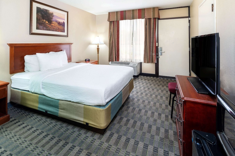 Room, La Quinta Inn & Suites by Wyndham Thousand Oaks-Newbury Park